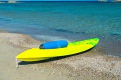 Красивое желтое каное на пляже Стоковое Изображение RF