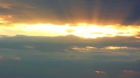 Красивое желтое cloudscape при большие, строя облака и заход солнца выходить масса облака HD 1920x1080 сток-видео
