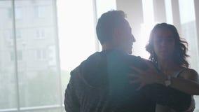 Красивое замедленное движение двигает пары танцуя sensually видеоматериал