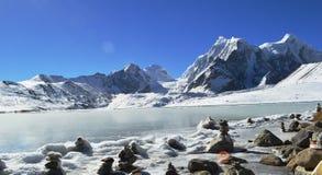 Красивое замороженное озеро Gurudongmar, главная достопримечательность Gangtok, Сикким, Индия стоковая фотография