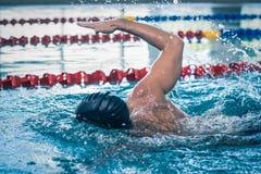 Красивое заплывание человека Стоковая Фотография RF
