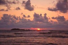 Красивое заходящее солнце над океаном на bea черепахи Hikkaduwa Стоковое фото RF