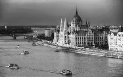 Красивое здание венгерского парламента Будапешта увиденного от холма Gellert стоковые изображения