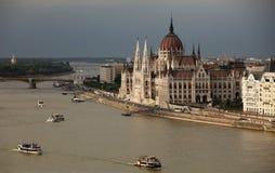 Красивое здание венгерского парламента под облаками шторма стоковое фото rf