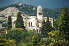 Красивое здание в Крыме в Simeiz на предпосылке гор стоковое фото rf