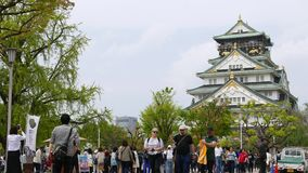 Красивое здание дворца в традиционном стиле Японии обозревает город Осака, Японию сток-видео