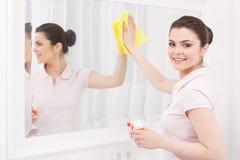 Красивое зеркало чистки дамы Стоковые Фотографии RF