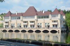 Красивое здание на банке пруда стоковая фотография rf