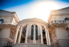 Красивое здание с столбцами Стоковые Изображения