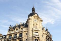 Красивое здание с часами на предпосылке голубого неба Стоковое Изображение