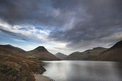 Красивое изображение ландшафта гор вокруг воды Wast в озере Стоковое Фото
