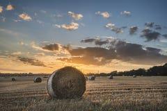 Красивое изображение ландшафта сельской местности связок сена в fie лета Стоковые Фотографии RF