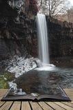 Красивое изображение ландшафта водопада в лесе во время падения осени Стоковое Изображение RF