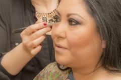 Красивое изображение показывая процесс профессионального макияжа стоковое изображение