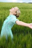 Красивое ликование женщины в лете стоковые фотографии rf