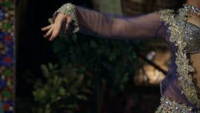 Красивое длинн-с волосами брюнет танцует в гениальном костюме акции видеоматериалы