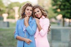 2 красивое и модные девушки в стильном пинке и синих пиджаках Стоковые Изображения