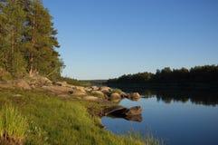 Красивое каменистое побережье северного реки в вечере Стоковые Изображения RF
