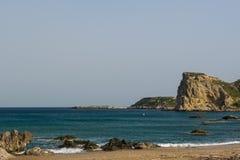 Красивое каменистое побережье Средиземного моря в Греции стоковые изображения