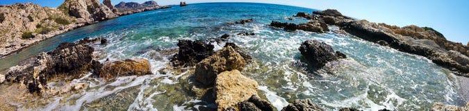 Красивое каменистое побережье Средиземного моря в Греции в солнечном дне Широкоформатный стоковая фотография rf