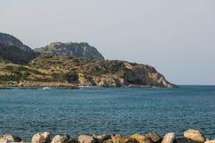 Красивое каменистое побережье Средиземного моря в Греции стоковые фотографии rf