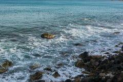 Красивое каменистое побережье Средиземного моря в Греции стоковое фото rf