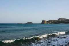 Красивое каменистое побережье Средиземного моря в Греции стоковые фото