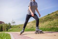 Красивое катание на ролике девочка-подростка в парке Стоковое фото RF