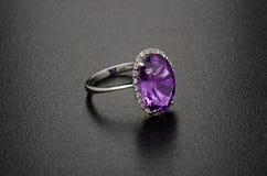 Красивое кольцо с бриллиантом изолированное на черной предпосылке Стоковое фото RF