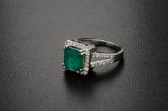 Красивое кольцо с бриллиантом изолированное на черной предпосылке Стоковое Изображение RF