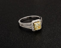 Красивое кольцо с бриллиантом изолированное на черной предпосылке Стоковое Изображение