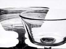 Красивое кристаллическое стекло делая тень на стене на заходе солнца черно-белый Стоковое Изображение RF