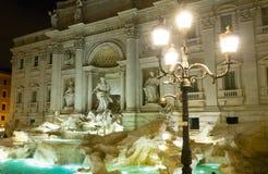 Красивое место в Риме - романтичный фонтан Trevi загоренный в ноче стоковая фотография rf
