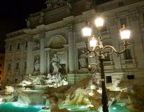 Красивое место в Риме - романтичный фонтан Trevi загоренный в ноче стоковое изображение rf