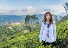 Красивое милое положение женщины на плантации зеленого чая стоковое фото