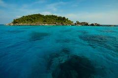 Красивое море и тропический остров с кристаллом - чистой водой Стоковая Фотография