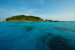 Красивое море и тропический остров с кристаллом - чистой водой Стоковые Изображения