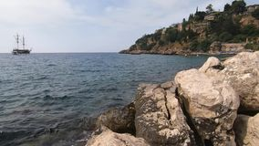 Красивое море на котором туристские ветрила корабля Утесы, побережье, туризм видеоматериал