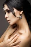 Красивое модельное брюнет с длинными завитыми волосами Стоковая Фотография