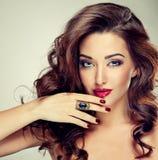 Красивое модельное брюнет с длинными завитыми волосами стоковые изображения rf