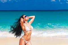 Красивое молодое брюнет в бикини на тропическом пляже стоковые фотографии rf