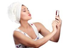 Красивое молодое selfie womanmakes посылая поцелуй Стоковое Фото