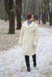 Красивое молодое womanin парк Стоковая Фотография
