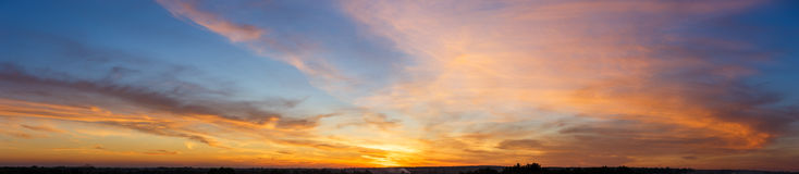 Красивое небо захода солнца с изумлять красочные облака Стоковые Изображения RF