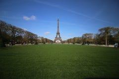 Красивое небо на Эйфелева башне Париже Франции Стоковое фото RF