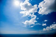 Красивое небо с облаками в после полудня стоковые фотографии rf