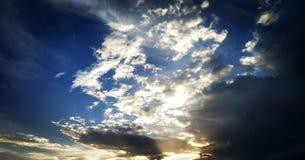 Красивое небо с темными и яркими облаками Заход солнца Восход солнца стоковые изображения