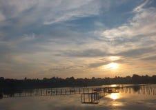Красивое небо, цвета индиго, естественно разбрасывает стоковая фотография rf