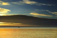 Красивое облако над морем и голубым небом стоковое изображение rf