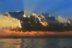 Красивое облако над морем и голубым небом Стоковые Изображения